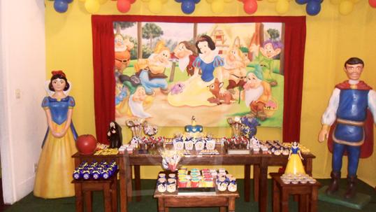 Produtos da Funtutti decorando a mesa do bolo da Kids Clube